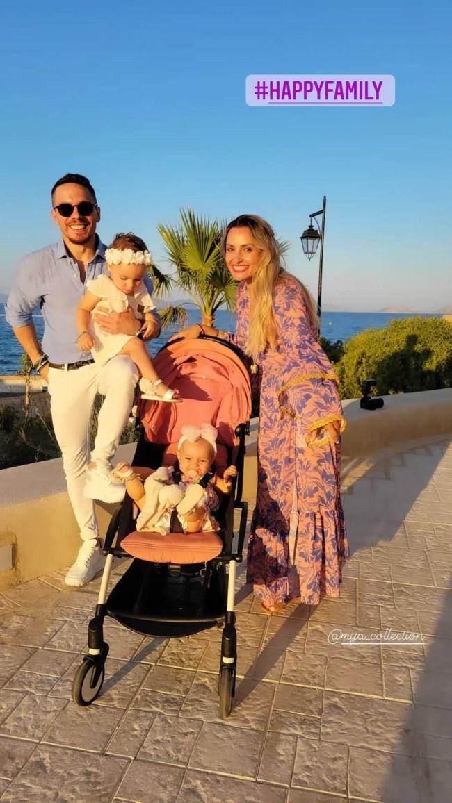 Βασιλική Μιλλούση & Λευτέρης Πετρούνιας   Η τρυφερή οικογενειακή φωτογραφία στον γάμο της Μορφούλας Ντώνα