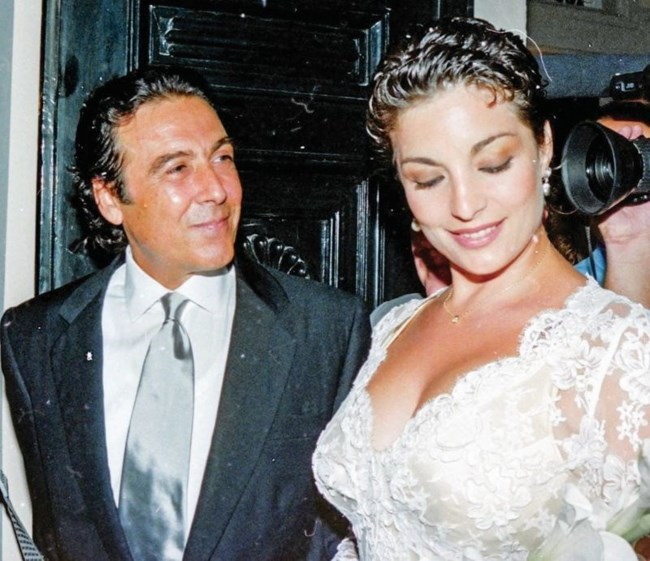 """Τόλης Βοσκόπουλος & Άντζελα Γκερέκου   Ένα σύγχρονο star love story που έγινε μιούζικαλ & τα τραγούδια που """"σφράγισαν"""" τον έρωτά τους"""