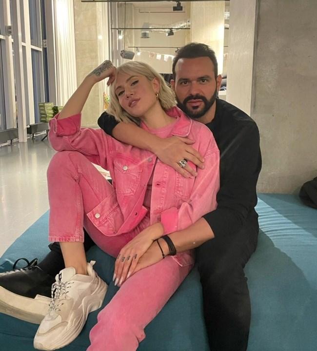 O Γιώργος Αρσενάκος βρίσκεται στο πλευρό της Έλενας Τσαγκρινού στη Eurovision