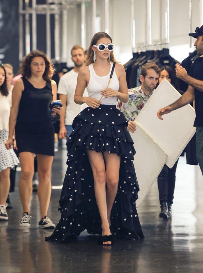 Όταν η Gigi Hadid εμπνέεται από την Carrie Bradshaw - εικόνα 2