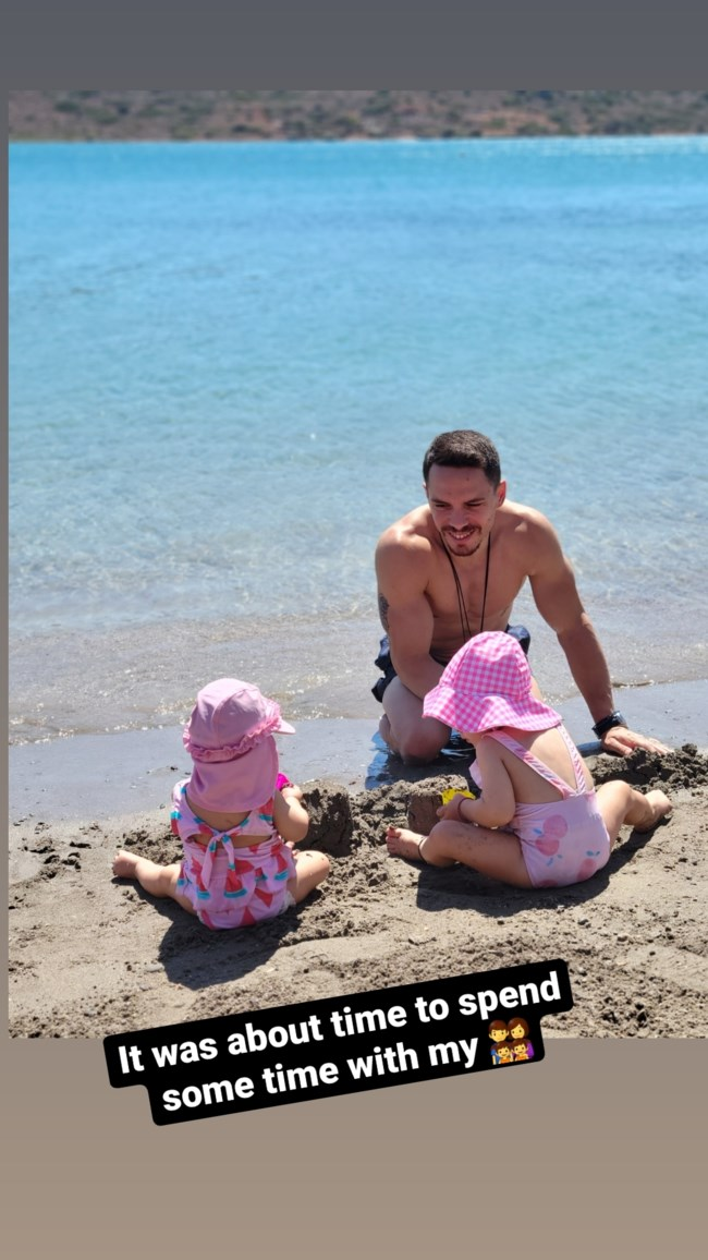 Λευτέρης Πετρούνιας | Στην παραλία με τις κορούλες του