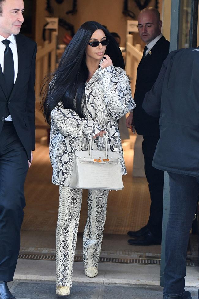 Στο Παρίσι εθεάθη η Kim Kardashian να φεύγει από τη Hermes