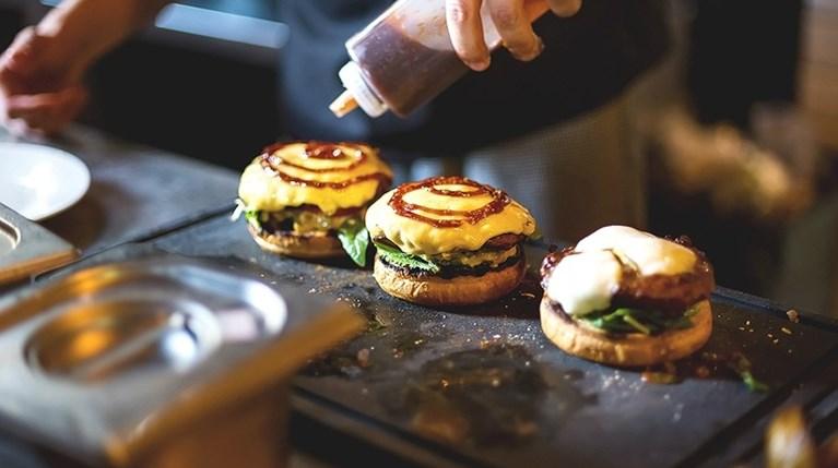 Πώς θα το φτιάξεις το καλύτερο cheeseburger που θα φας ποτέ
