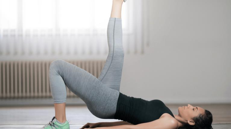 Ασκήσεις στο σπίτι χωρίς εξοπλισμό για σφιχτούς γλουτούς και γράμμωση στην κοιλιά