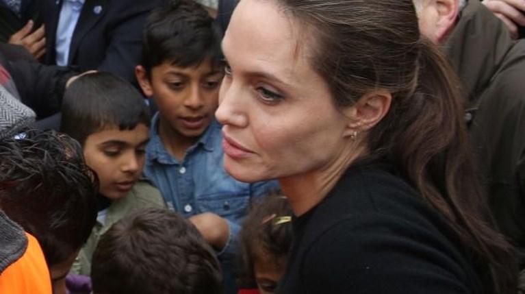 Η Angelina Jolie στον Πειραιά για τους πρόσφυγες (1)