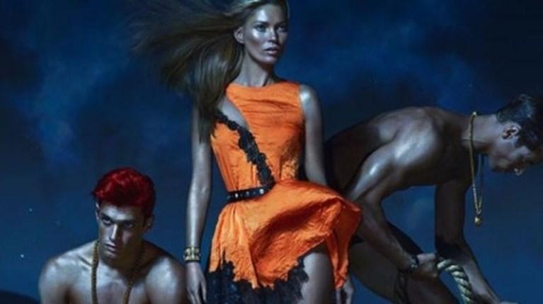 Ο Στέλιος Νιάκαρης με την Κέιτ Μος στην καμπάνια του οίκου Versace