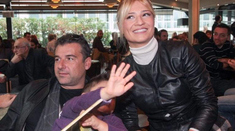 Ο Γιώργος Λιάγκας και η Φαίη Σκορδά με τον γιο τους, Γιάννη, στο Public του Συντάγματος (2)