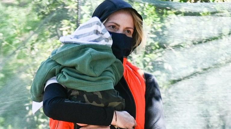 Η Τζένη Μπαλατσινού σε νέα εμφάνιση με τον γιο της