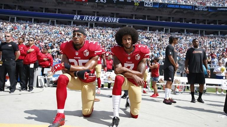 Γιατί οι παίκτες του NFL γονατίζουν στον εθνικό ύμνο των ΗΠΑ