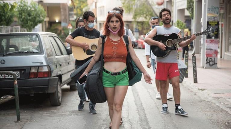 Η Αθήνα αλλιώς: Καλλιτέχνες και φιλότεχνοι μας ξεναγούν στα Εξάρχεια με τραγούδια και περφόρμανς