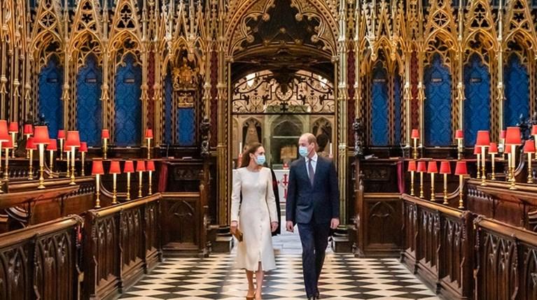 Το εμβολιαστικό κέντρο που υπάρχει στο Αββαείο του Westminster επισκέφθηκαν ο πρίγκιπας William και η Kate Middleton