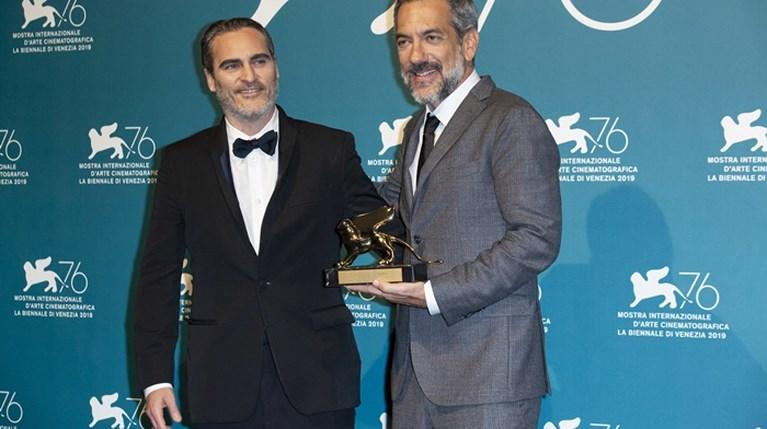 ΟTodd Phillips και ο Joaquin Phoenix ποζάρουν με τον Χρυσό Λέοντα για την ταινία Joker