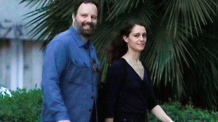 Σε ορισμένα τρυφερά στιγμιότυπα έπιασε ο φωτογραφικός φακός τον Γιώργο Λάνθιμο με τη σύζυγο του στην Αθήνα (2)