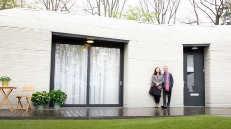 Το πρώτο ζευγάρι στην Ευρώπη που μετακόμισε σε 3D εκτυπωμένη κατοικία