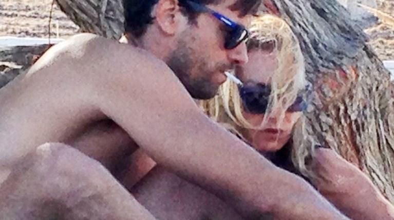 Ο Αποστόλης Τότσικας και η Ρούλα Ρέβη σε παραλία της Τήνου (1)