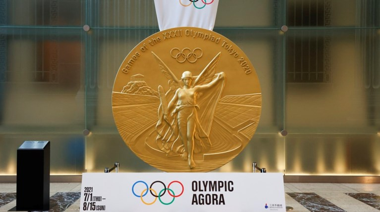 Το χρυσό μετάλλιο απεικονίζει τη θεά Νίκη στο Καλλιμάρμαρο.