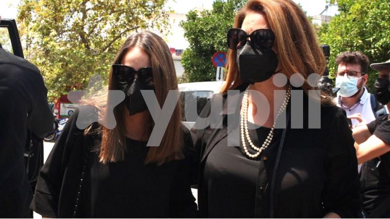Άντζελα Γκερέκου & Μαρία Βοσκοπούλου στην κηδεία του Τόλη Βοσκόπουλου