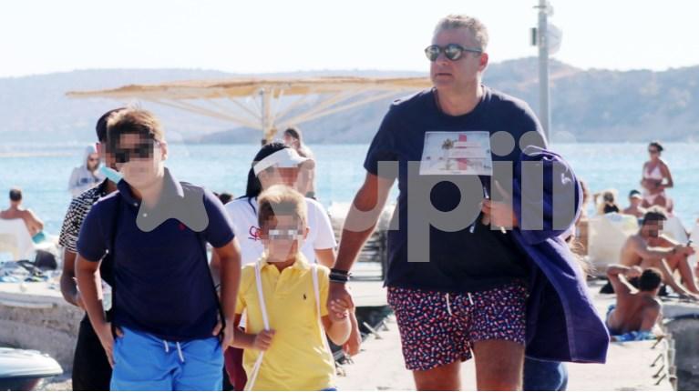 Ο Γιώργος Λιάγκας με τους γιους του στη Βουλιαγμένη