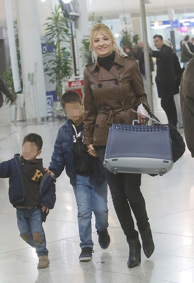 Φαίη ΣκορδάΣτο αεροδρόμιο με τους γιους της και τη μητέρα της