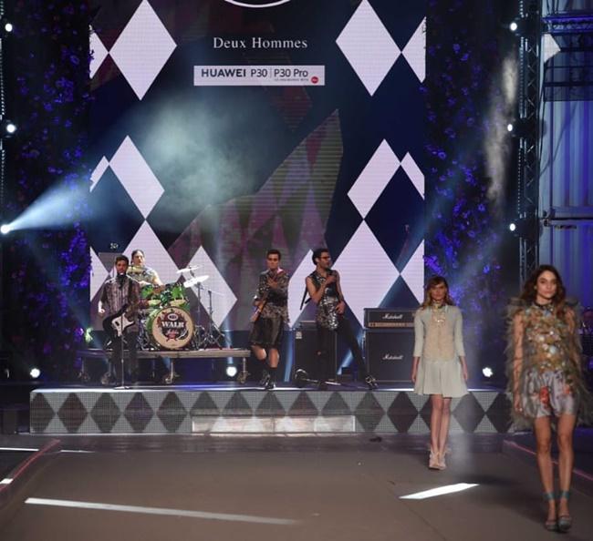 """Οι The Other Side Project (Αποστόλης Τότσικας, Γιάννης Χατζηγεωργίου, Ίαν Στρατής, Aναστάσιος Ράμμος & ARVA) τραγουδούν το """"Fuego"""" στο catwalk των Deux Hommes."""